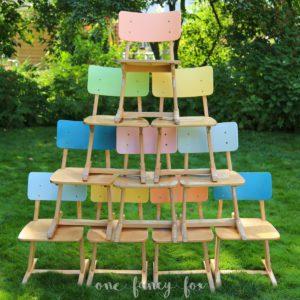 Coole Schulstühle im Vintage Look für Geburtstage und Kinderfeste mieten bei One Fancy Fox Verleih