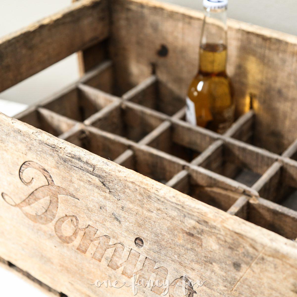 Antike Holzkiste für Bierflaschen im Verleih bei One Fnacy Fox Vintage und Hochzeitsverleih Berlin
