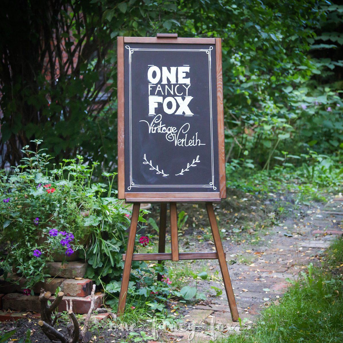 Holz Staffelei mit Tafel bei One Fancy Fox mieten